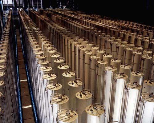 ウラン濃縮に使われる一般的な遠心分離機。遠心分離機を連結して最終的に濃縮ウランを抽出する。武器級に使用される高濃縮ウランを得るためにはこうした遠心分離機が大量に必要であり、遠心分離機を24時間稼働するには莫大な電気が費やされる。(写真=米エネルギー省)
