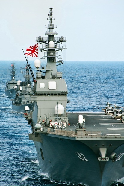 旭日旗を掲げている海上自衛隊の駆逐艦。(写真=中央フォト)