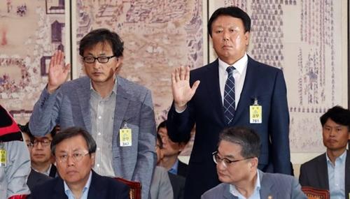 野球韓国代表の宣銅烈(ソン・ドンヨル)監督(右)が10日午後、国会で開かれた文化体育観光委員会の国政監査で他の証人と共に宣誓している。