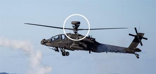 忠清南道大川射撃場でアパッチヘリコプターが仮想敵機に向けてスティンガーミサイルを発射している。プロペラの上の部分がロングボウレーダー(円の中)(写真=陸軍)