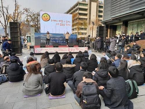 18日、白頭称賛委員会がソウル光化門(クァンファムン)広場で公演行事「花の波」を行っている。