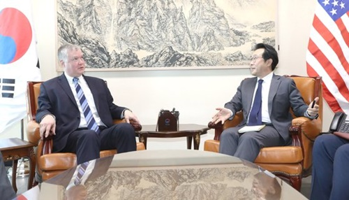 先月29日、ソウル外交部庁舎で会談する李度勲(イ・ドフン)韓半島平和交渉本部長(右)と米国のビーガン北朝鮮担当特別代表。