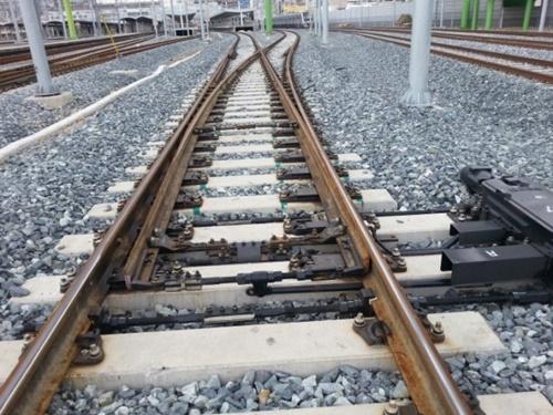 線路転換器と分岐器が正確に作動しなければ、あたかも線路が途切れたような状況が発生し、列車が脱線することになる。(中央フォト)