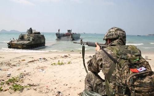 タイで行われたコブラゴールド訓練で海兵隊員が上陸部隊を援護している。米海兵隊が主管するこの訓練は仮想の紛争発生地域に多国籍軍を投じて紛争を終息、安定化させる過程を熟達するために実施する。(写真=米海兵隊)