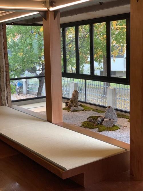 カフェ「eert」には石と砂が敷き詰められた日本式庭園と畳がある。(写真提供=eert)