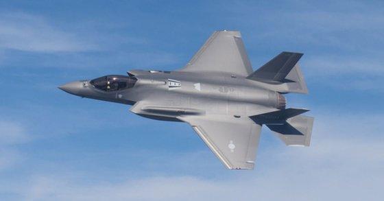 昨年韓国空軍が発注したF-35Aの1号機が試験飛行をしている。(写真=防衛事業庁)