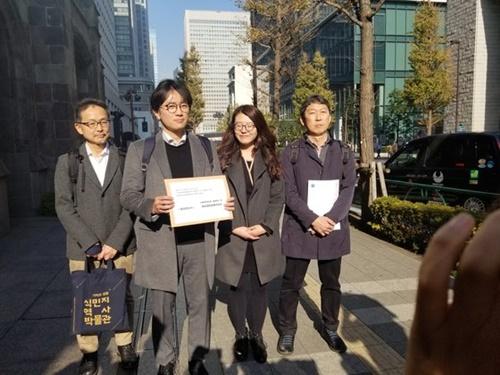 徴用判決原告側代理人が昨年12月、東京の新日鉄住金本社を訪問して、賠償のための協議に応じるよう求める要請書を伝えた。