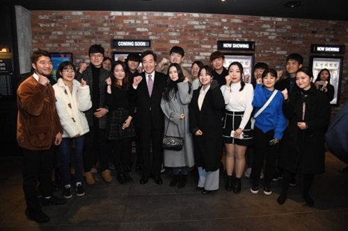 ハングル団体と映画を鑑賞した韓国の李洛淵首相