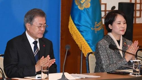 拍手する文在寅大統領(左)と兪銀恵(ユ・ウンヘ)副首相兼教育部長官(青瓦台写真記者団)
