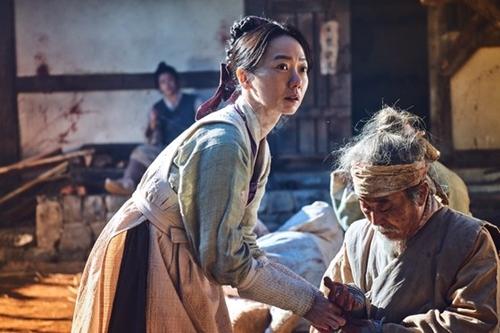 『キングダム』で疫病の根源を追う医女ソビを演じた女優ペ・ドゥナ。(写真提供=Netflix)