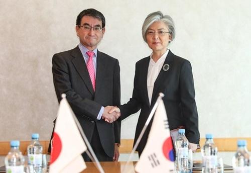 康京和外交長官と河野太郎外相が15日(現地時間)、ドイツで韓日外相会談の前に握手している。(外交部提供)