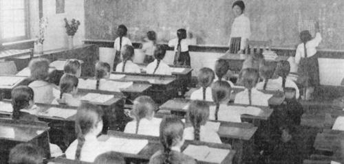 梨花学堂で数学教育を受ける学生(中央フォト)