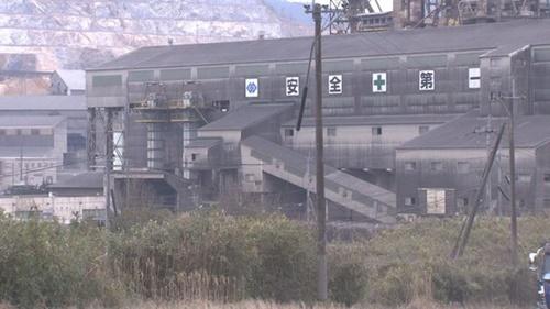 福岡県田川にある麻生セメント工場の全景。工場の壁面に麻生一族の家紋がついている。
