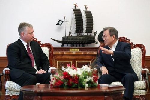 昨年9月11日午後、青瓦台でビーガン北朝鮮担当特別代表と歓談する文在寅大統領。(写真=青瓦台提供)