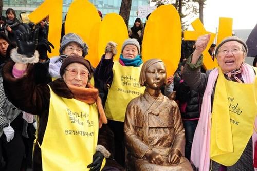 過去2011年当時、旧日本軍「慰安婦」問題の解決に向けた定期水曜デモに参加した吉元玉さんと今は故人になった金福童さん。