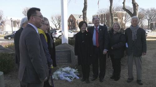 韓国女性家族部の陳善美(チン・ソンミ)長官(右から4人目)が13日(現地時間)、米ニュージャージー州ハッケンサックの慰安婦記念碑を参拝した後、出席者と記念写真を撮影した。