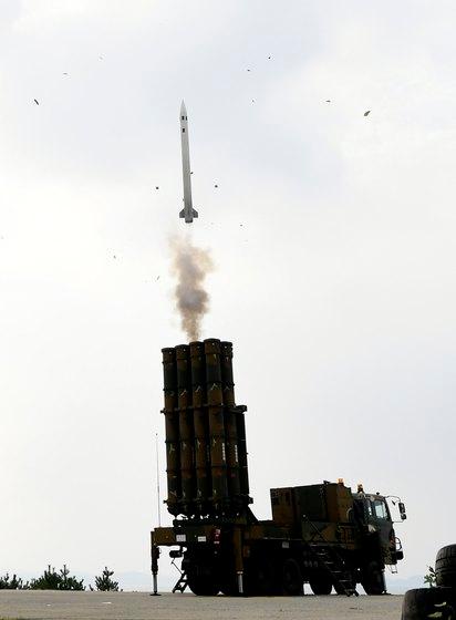 2017年11月、防空武器射撃大会で地対空迎撃ミサイル「天弓」の発射が行われた。この日初めて実射撃が行われた天弓は、発射直後に空中で2回点火した後、マッハ4.5(約5500キロメートル毎時)の速度で飛行し、約40キロメートル離れた標的を正確に命中した。(写真提供=韓国空軍)
