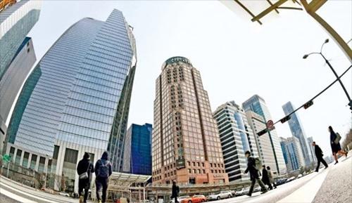 ソウルの国際金融ハブ競争力順位が3年6カ月ぶりに世界6位から36位に急落した。写真は18日のソウル・汝矣島金融街の様子。