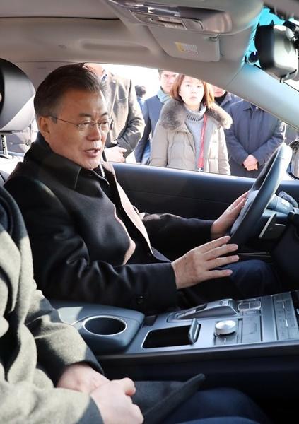 文在寅大統領が2月2日、現代車の次世代自動運転走行水素車「NEXO」の機能を見ている。(写真=青瓦台写真記者団)