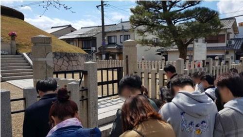24日、京都の耳塚を訪問した北朝鮮出身の青年たち(写真=宋永吉議員室提供)