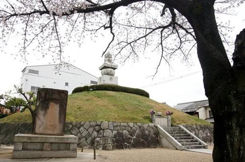 =京都東山区にある耳塚の姿。壬辰倭乱当時日本軍が豊臣秀吉の命により朝鮮軍と良民を虐殺し、その証拠として鼻や耳を切った後塩漬けにして送った痕跡だ。(写真=中央フォト)