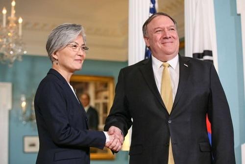 康京和外交部長官が30日(日本時間)、米ワシントンでポンペオ国務長官と会談前に握手している。(写真=外交部提供)
