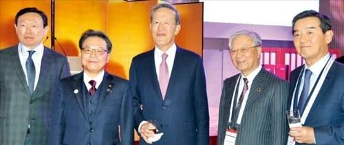 韓日関係を復元するためには産業界など民間交流が増えなければならないという声が高い。先月東京で開かれた主要20カ国財界サミット(B20)で、左から辛東彬ロッテグループ会長、世耕弘成日本経済産業相、許昌秀全国経済人連合会会長、中西宏明日本経団連会長、金ユン三養ホールディングス会長が記念撮影している。