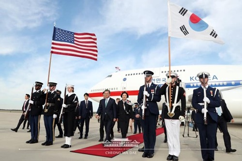 文在寅大統領と金正淑(キム・ジョンスク)夫人が10日(現地時間)、米ワシントン・アンドルーズ空軍基地に到着し空軍1号機から降り立つ様子(写真=青瓦台フェイスブック)