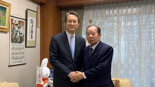 李洙勲(イ・スフン)駐日韓国大使(左)が11日、東京の自民党本部で二階俊博幹事長と握手している。(写真=在日韓国大使観)