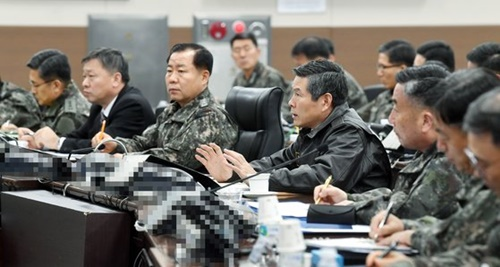 鄭景斗(チョン・ギョンドゥ)国防部長官が1月26日午後、釜山海軍作戦司令部指揮統制室で日本哨戒機の威嚇飛行状況に関する報告を受け、韓国軍の対応守則に基づいて適法かつ強力に対応するよう指示している。(国防部提供)