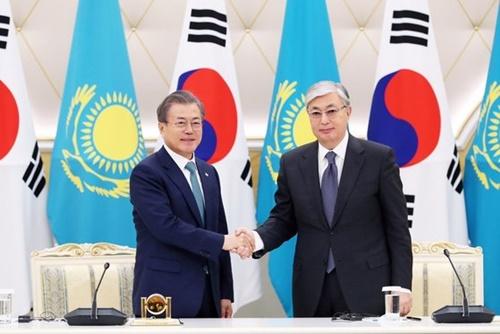 カザフスタンを国賓訪問中の韓国の文在寅大統領が22日午前(現地時間)、大統領宮でカシムジョマルト・トカエフ大統領と首脳会談後に共同記者会見に臨んでいる。(写真提供=青瓦台)