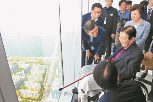 2017年5月にソウル蚕室ロッテワールドタワー展望台「ソウルスカイ」を訪れた辛格浩(シン・ギョクホ)ロッテ名誉会長。(中央フォト)