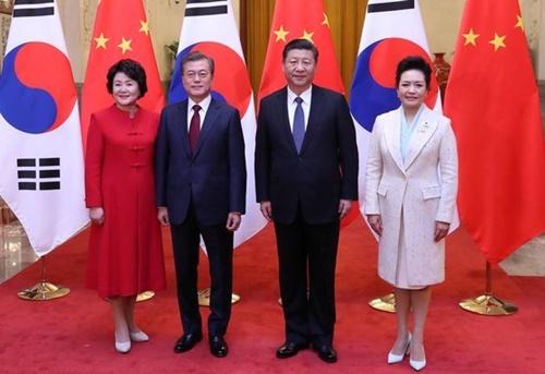 文在寅大統領と習近平国家主席が2017年12月14日(現地時間)、北京人民大会堂で開かれた両国MOUの署名のために会っている。(写真=青瓦台写真記者団)