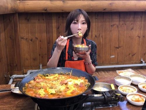 韓国を訪れた日本ユーチューバーの木下ゆうかが7日、議政府でプデチゲ4人分を食べている様子。(写真提供=木下ゆうか)