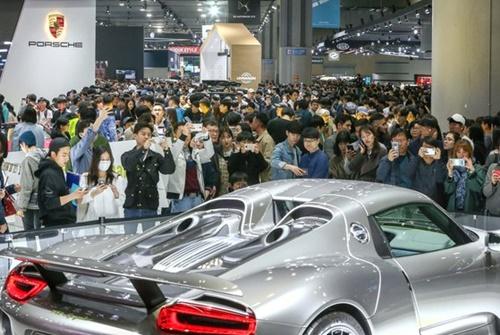 4月に京畿道高陽の韓国国際展示場(KINTEX)で開催された「2019ソウルモーターショー」のポルシェ展示館。国内輸入車市場1位のベンツの場合、韓国での販売台数は中国、米国、ドイツ、英国に次いで5番目に多い。(ソウルモーターショー組織委員会提供)