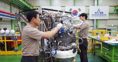 16日、慶尚南道昌原のハンファエアロスペース工場で75トン級韓国型ロケットKSLV-2を作業者2人が手で組み立てている。(写真=ハンファエアロスペース)