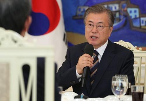文在寅大統領が21日午後、青瓦台本館仁王室で韓米軍主要職位者招請午餐会を開いて挨拶をしている。(写真=青瓦台写真記者団)