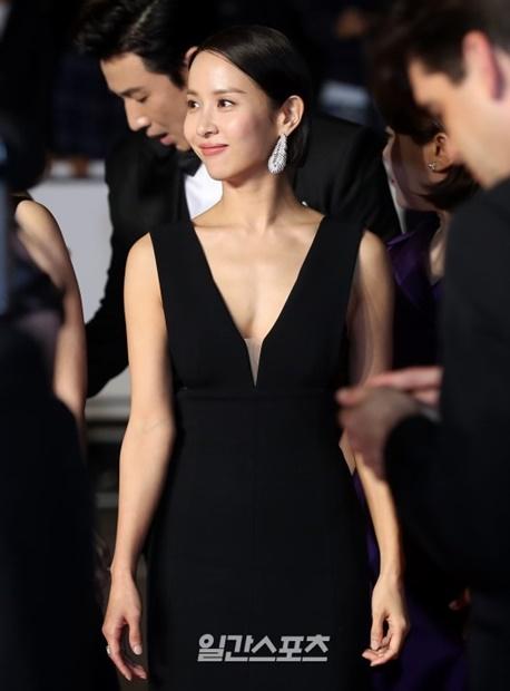 21日(現地時間)午後、フランス・カンヌのパレ・デ・フェスティバルで開かれた「第72回カンヌ国際映画祭」の映画『Parasite』のレッドカーペットに登場した女優チョ・ヨジョン
