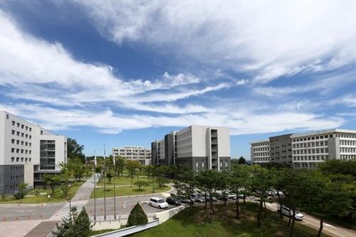 明知大学キャンパス全景(写真=中央フォト)