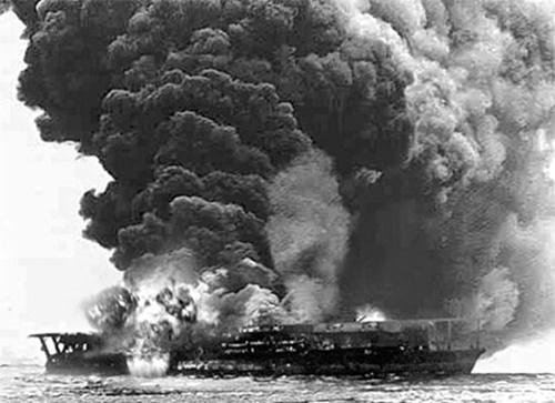 日本帝国の航空母艦「加賀」は、1942年6月のミッドウェー海戦で米軍の急降下爆撃機攻撃によって撃沈された。