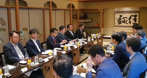 鄭鎭碩、千正培議員ら国会外交統一委員会与野党議員が29日午前、東京特派員団と1泊2日の訪日活動に対して説明している。(写真提供=国会外交統一委員会)