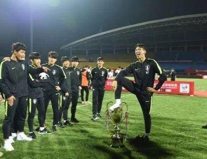 サッカー韓国U-18代表がパンダ・カップ優勝トロフィーを足で踏みつけて非難を受けた。(写真=ウェイボー)
