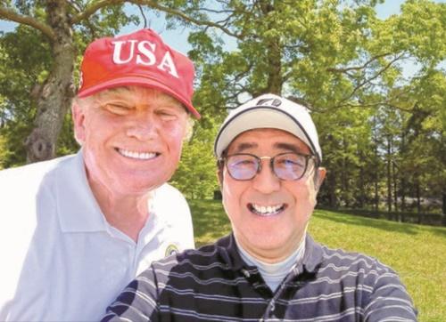 ドナルド・トランプ米国大統領が26日、安倍晋三首相とのゴルフラウンド中に自分撮り写真を撮影した。(写真=日本首相官邸ツイッター)