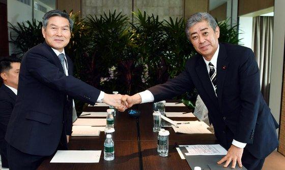 国防部の鄭景斗長官と日本の岩屋毅防衛相が1日午後にシンガポールで韓日国防相会談を行い冷え込んだ国防交流正常化案を話し合った。(写真=韓国国防部)