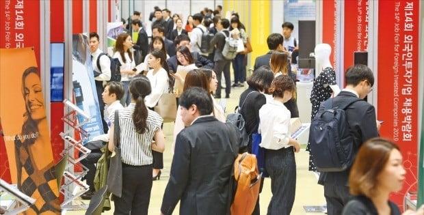 KOTRAは先月31日、ソウル三成洞COEXで米国・日本など現地企業人事担当者を招請した「グローバル雇用展」を開いたのに続き、今月4-5日にもCOEXで「外国人投資企業採用博覧会」を開催した。4日に博覧会を訪れた求職者が採用相談ブースを見回っている。