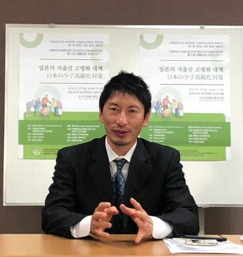 立命館大学産業社会学部の筒井淳也教授が先月31日、ソウル駐韓日本公報文化院で記者会見を行っている。