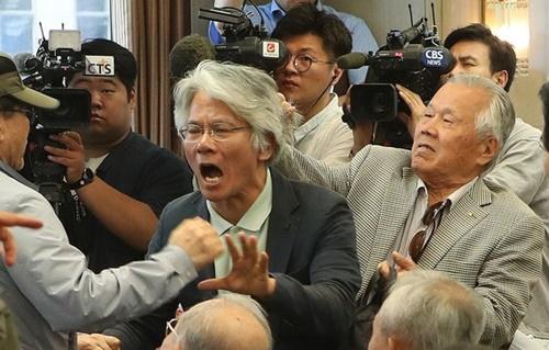 チョン・グァンフン牧師が11日、ソウル世宗路(セジョンノ)プレスセンターで記者会見を行って「文在寅大統領の下野」を促した。ある参加者が抗議すると髪の毛をつかまれて追い出されている。