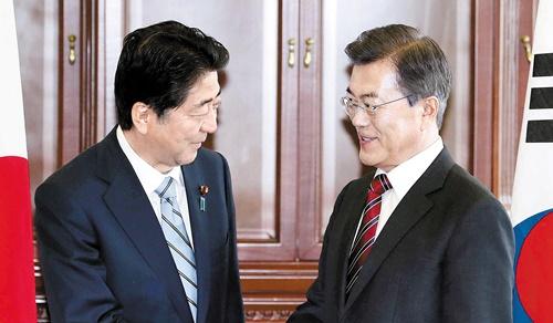 日本の安倍晋三首相(左)と韓国の文在寅大統領(右)