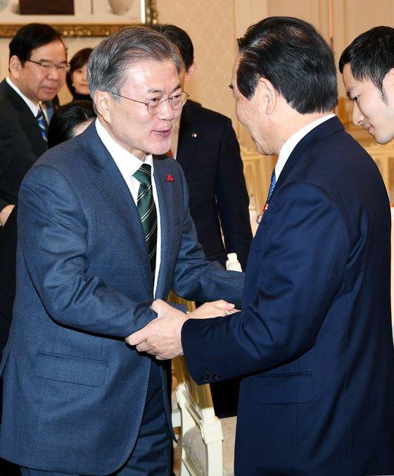 文在寅大統領(左)が昨年12月14日午前、青瓦台で額賀福志郎日韓議員連盟会長ら代表団とあいさつしている。(青瓦台写真記者団)