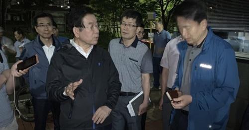 朴元淳ソウル市長が21日午前0時10分ごろ、汚染された水道水が発見された永登浦区文来洞のアパート団地を訪れて住民と話を交わしている。(写真=ソウル市)